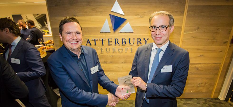 InnovationQuarter's Chris van Voorden overhandigt namens de stad Leiden, NFIA en InnovationQuarter een speciale welkomstplaquette aan Henk Deist, CEO van Atterbury Europe.