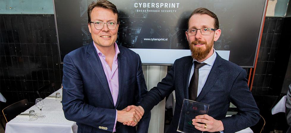 Special envoy Constantijn van Oranje (StartupDelta) congratulates Pieter Jansen (Cybersprint) with the new investment