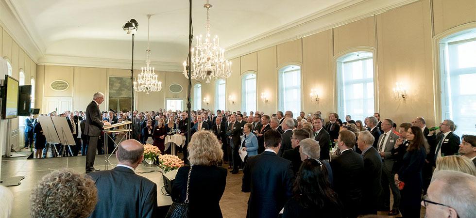Peter Vermeij, Nederlandse Consul-Generaal in München, opent Koningsdagviering op Schloss Nymphenburg
