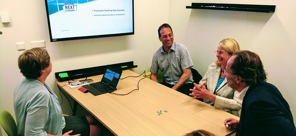 Pauline Krikke krijgt uitleg over de Roadmap Next Economy tijdens werkbezoek InnovationQuarter